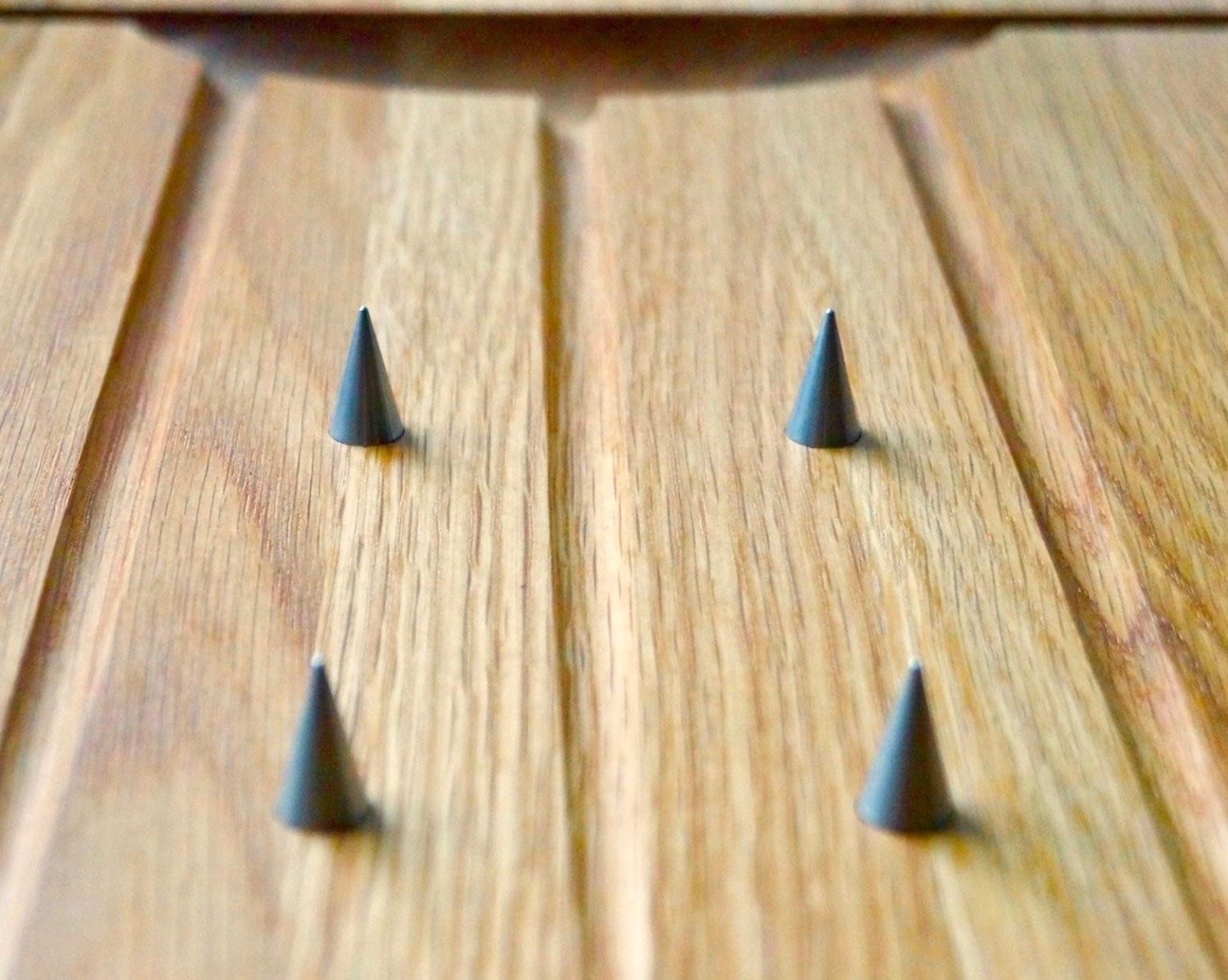engraved-oak-carving-board-with-spikes