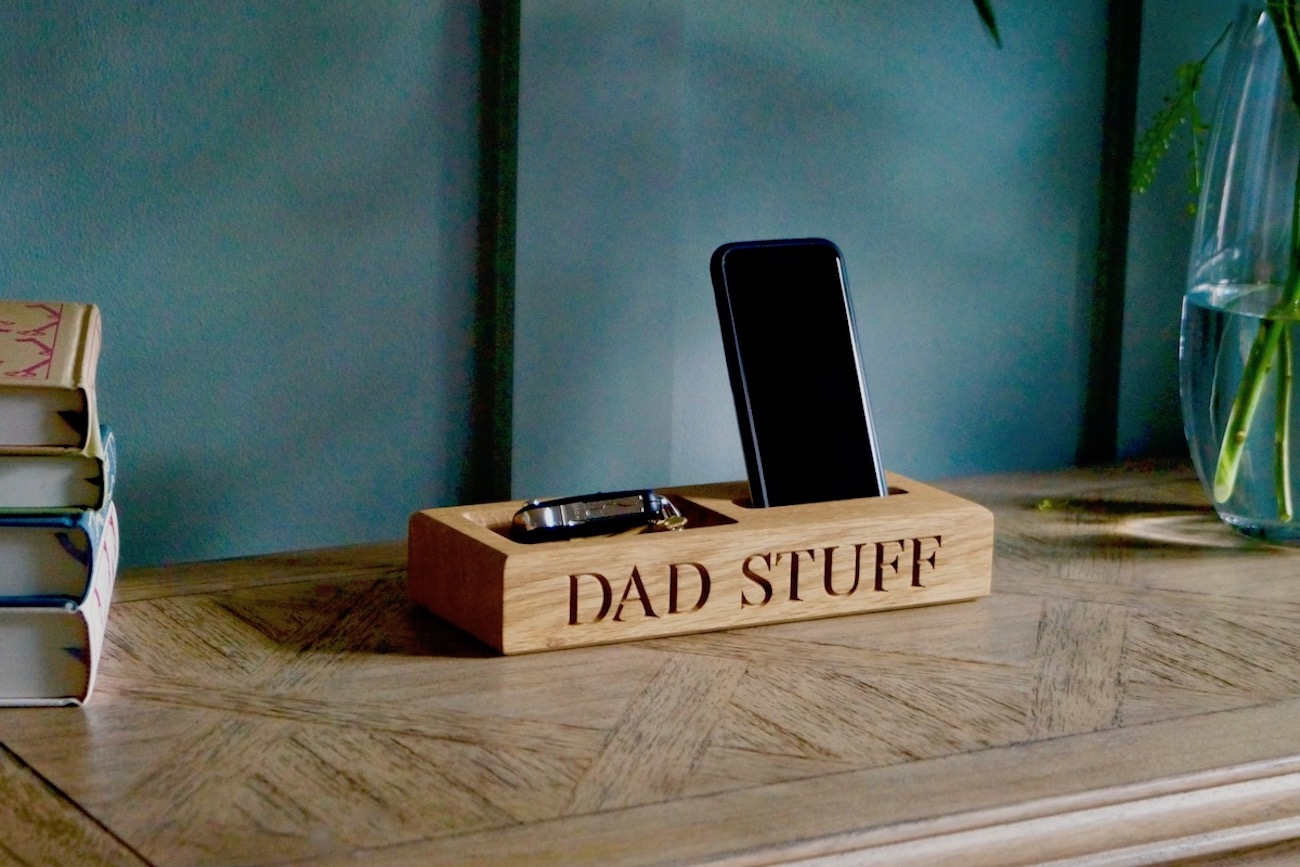 engraved-wooden-phone-and-coin-holder