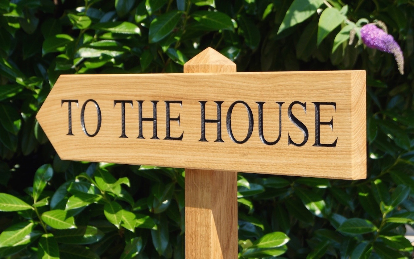 oak-house-sign-with-arrow-makemesomethingspecial.com